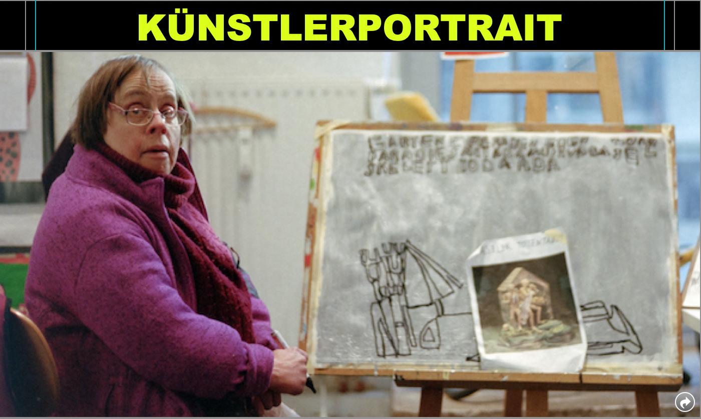 Susanne Kümpel in ihrem Atelier. Vor ihr steht eines ihrer schwarz-weißen Zeichnungen auf einer Staffelei.