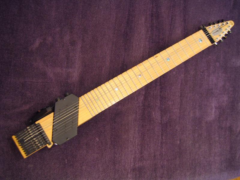 Der Chapman Stick ähnelt einer Gitarre ohne Korpus. Das Griffbrett hat Saiten, die mit verschiedenen Fingerkombinationen Noten darstellen. Die andere Hand zupft, pickt oder schlägt die Saiten an.