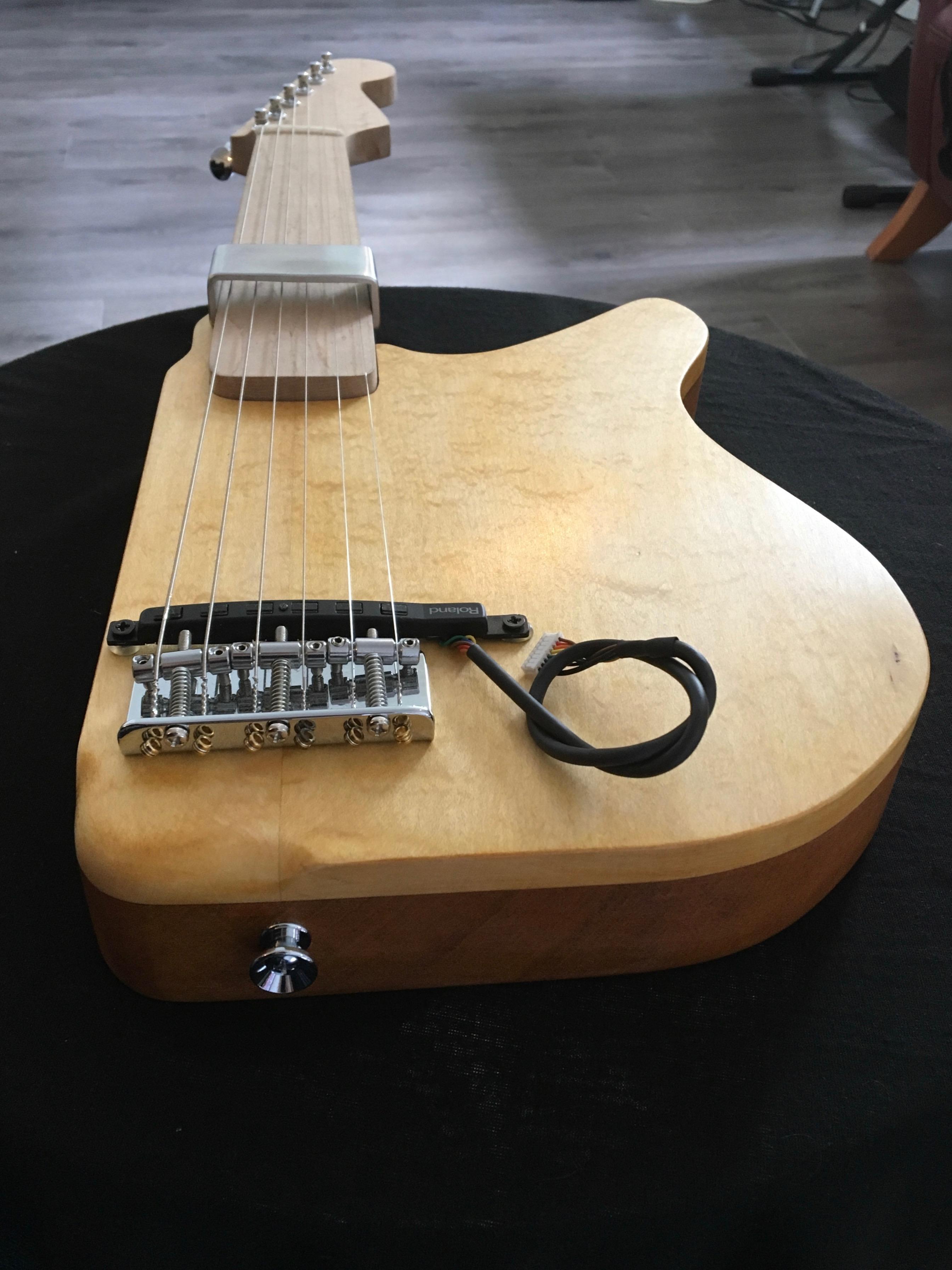 Der KellyCaster ist eine E-Gitarre mit einem adaptierten Schaft und einer ultrasensiblen Motorik. Die kleinste Berührung der Saiten reicht aus, um einen Ton zu erzeugen.