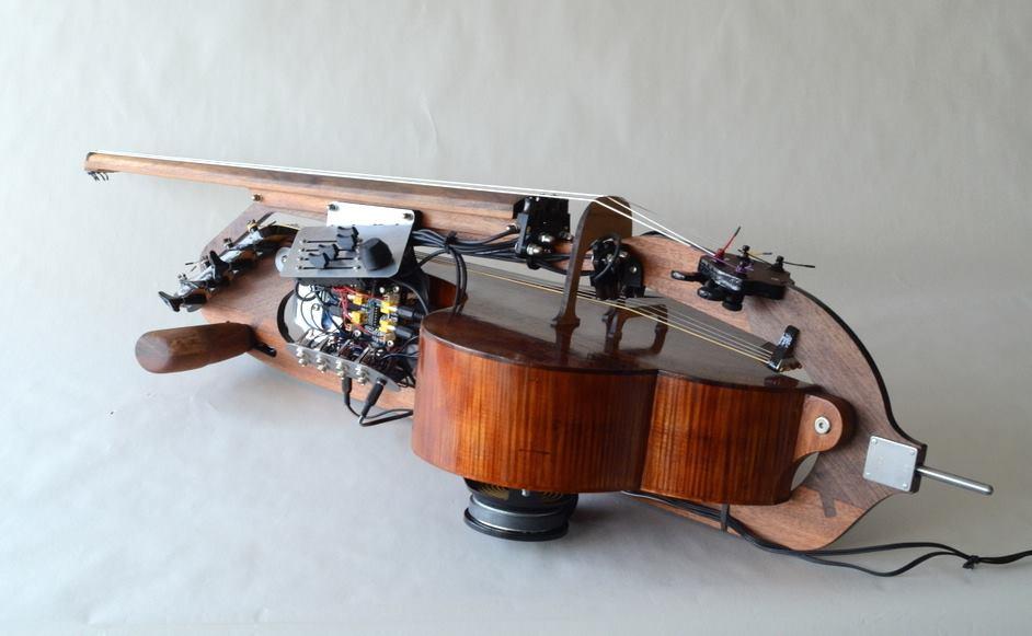 Ein Streichinstrument ähnlich wie ein Cello. Es hat acht Saiten und wird elektronisch verstärkt.