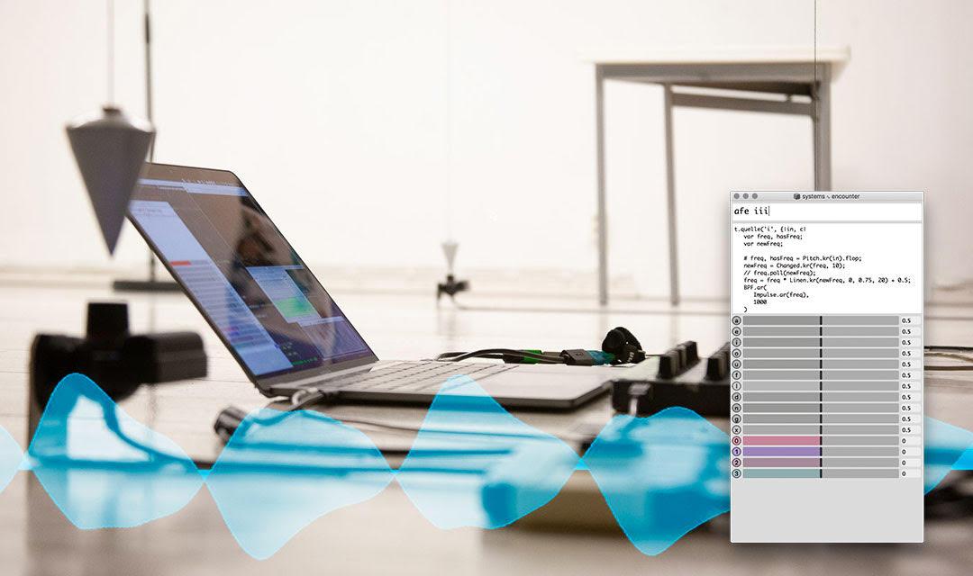 Zu sehen ist ein Laptop. Im Vordergrund sind blaue Wellenmuster und rechts eine weiße Tafel mit Informationen des Programms.