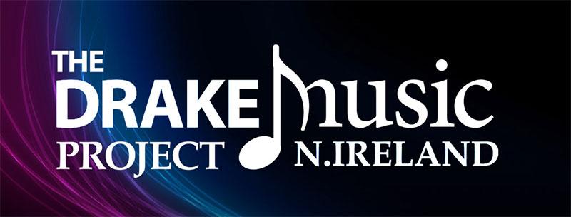 Vor einem lila-blau-schwarz verschwimmenden Hintergrund steht in weißen Buchstaben The Drake Music Project Northern Ireland.